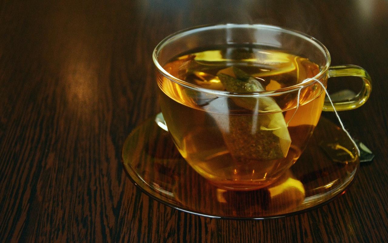 Wiemy, jak zaparzyć najlepszą rozgrzewającą herbatę! Przepisy na jesienne napary